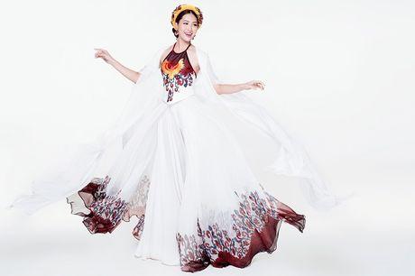 Ngam Hoa khoi cao 1,8m bay bong voi ao tu than o Miss World - Anh 4