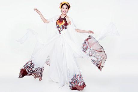 Ngam Hoa khoi cao 1,8m bay bong voi ao tu than o Miss World - Anh 5