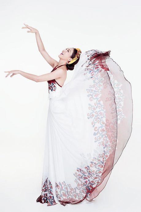 Ngam Hoa khoi cao 1,8m bay bong voi ao tu than o Miss World - Anh 8