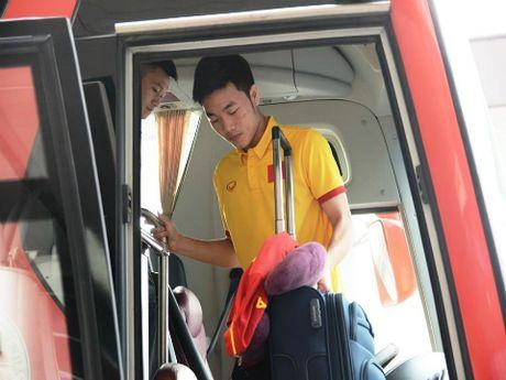 Thay tro HLV Huu Thang trai qua chuyen bay 'bao tap' - Anh 1