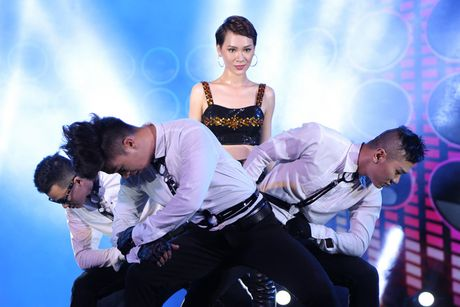 Tra My Idol 'chay het minh' tren san khau - Anh 8