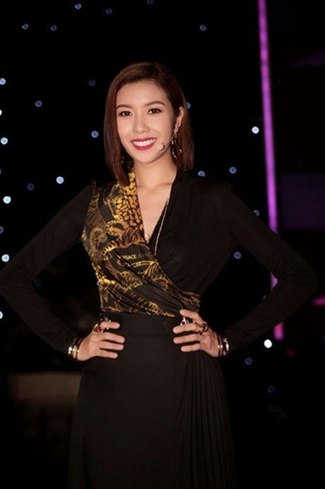 A hau Thuy Van dien vay in hoa tiet ho quyen luc cua Versace - Anh 1
