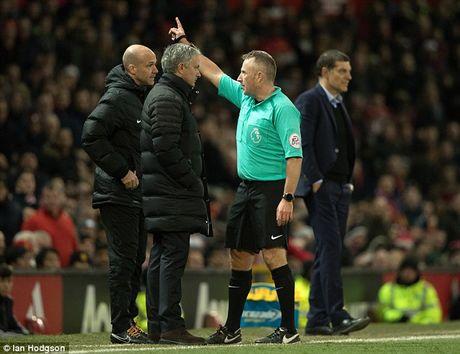 Mourinho chi dao cac hoc tro tu 1 vi tri bi mat tai Old Trafford - Anh 1