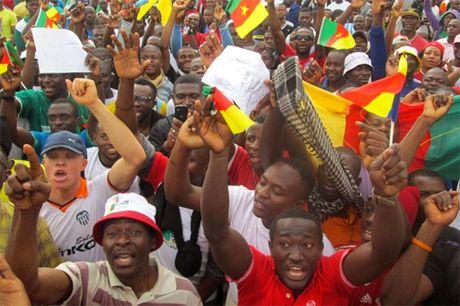 Cameroon: Xung dot ngon ngu bien thanh bao dong - Anh 1