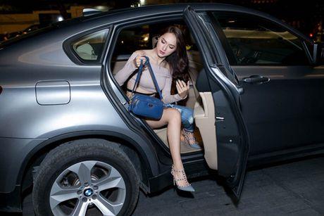 Huong Giang idol lai xe 4 ty, dien mot quan 'que' di hop bao - Anh 1