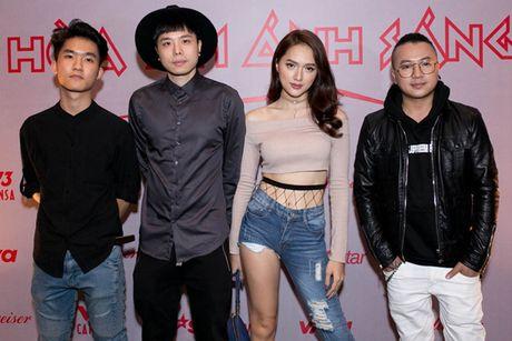 Huong Giang idol lai xe 4 ty, dien mot quan 'que' di hop bao - Anh 3