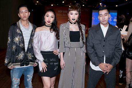 Huong Giang idol lai xe 4 ty, dien mot quan 'que' di hop bao - Anh 5