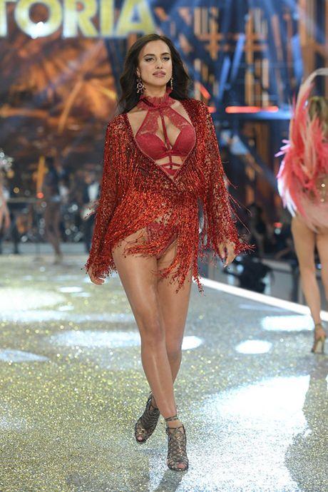 It ai biet co nguoi mau mang bau catwalk tai Victoria's Secret Show 2016 - Anh 1
