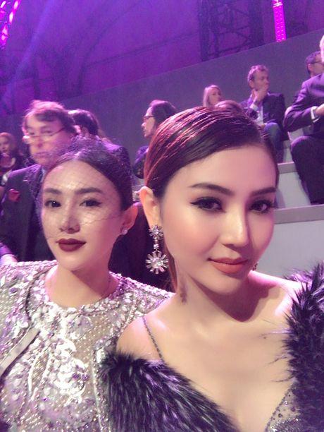 Ngoc Duyen lan dau dien dam xuyen thau, cung Le Ha toi show Victoria's Secret 2016 - Anh 20