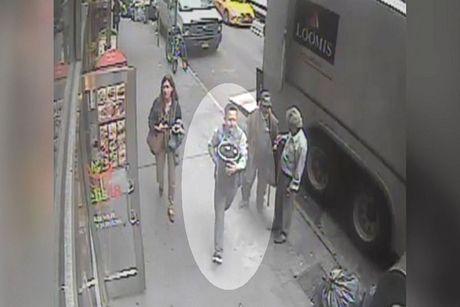 Video trom 39kg vang tu xe boc thep, giua New York - Anh 1