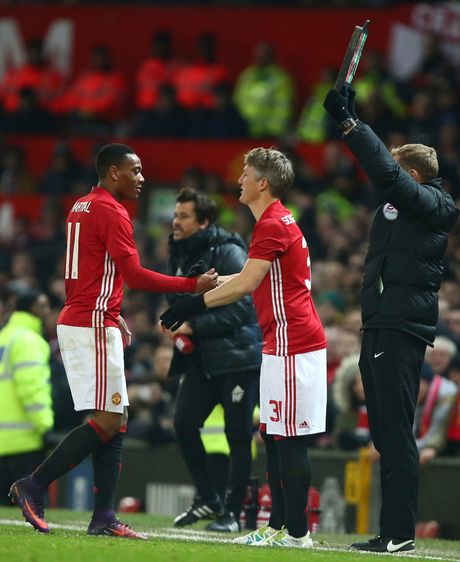 Bastian Schweinsteiger hao hung vi lan dau duoc ra san duoi thoi Mourinho - Anh 2