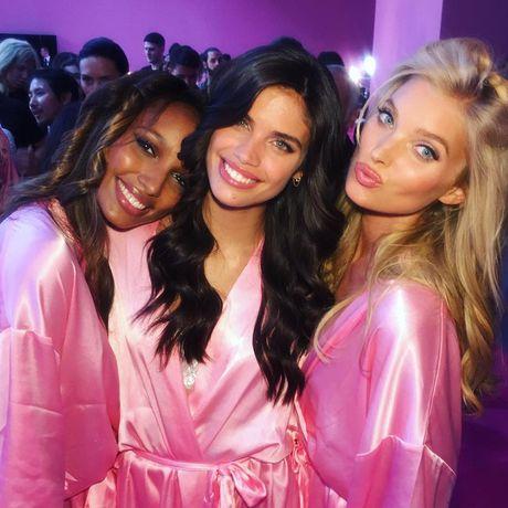 HOT: Anh hau truong chua tiet lo cua Victoria's Secret Show 2016 - Anh 4