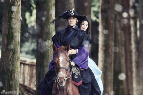 Jun Ji Hyun bat ngo bi tai nan xe hoi, tinh mang ngan can treo soi toc - Anh 1