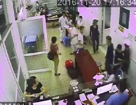 Chong benh nhan gay han, lam nao loan phong cap cuu - Anh 1