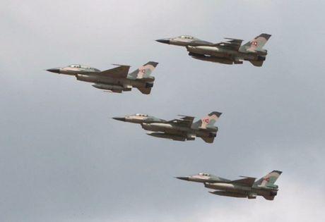 Tiem kich F-16 va Su-30MK2 Venezuela duyet binh tren khong - Anh 4