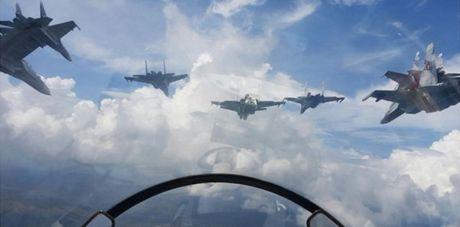 Tiem kich F-16 va Su-30MK2 Venezuela duyet binh tren khong - Anh 5