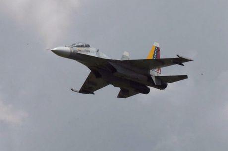 Tiem kich F-16 va Su-30MK2 Venezuela duyet binh tren khong - Anh 6