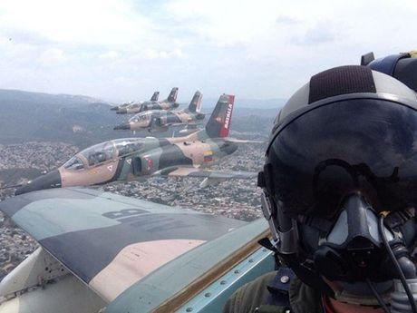 Tiem kich F-16 va Su-30MK2 Venezuela duyet binh tren khong - Anh 8