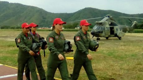 Tiem kich F-16 va Su-30MK2 Venezuela duyet binh tren khong - Anh 9