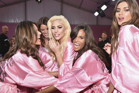 Lady Gaga moi la 'thien than' duoc chao don nhat Victoria's Secret dem qua! - Anh 1