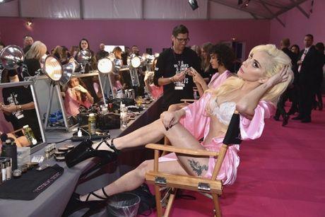 Lady Gaga moi la 'thien than' duoc chao don nhat Victoria's Secret dem qua! - Anh 2