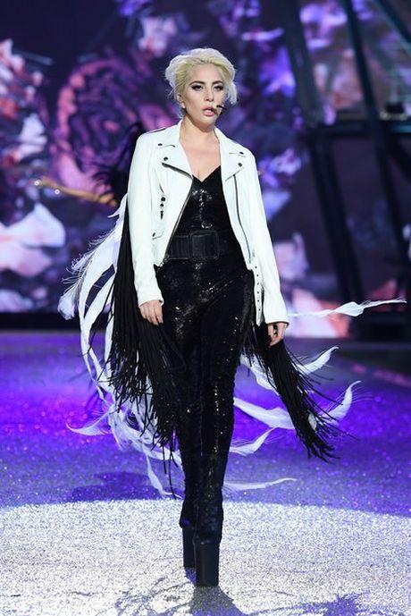 Lady Gaga moi la 'thien than' duoc chao don nhat Victoria's Secret dem qua! - Anh 4