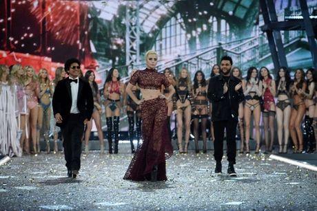 Lady Gaga moi la 'thien than' duoc chao don nhat Victoria's Secret dem qua! - Anh 7