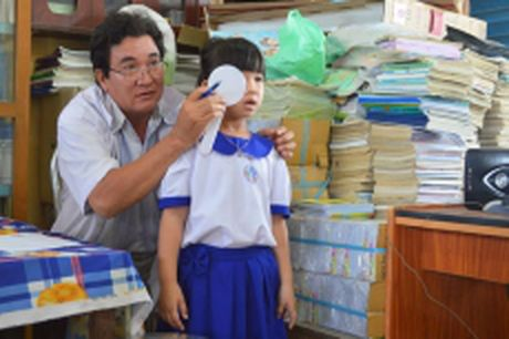 Kham, cham soc mat cho 700 tre em tai An Giang - Anh 1