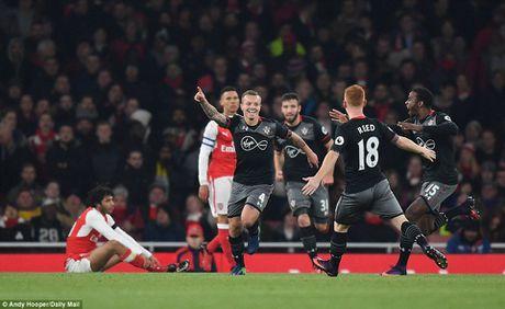 Arsenal bi Southampton da bay khoi Cup Lien doan Anh - Anh 2