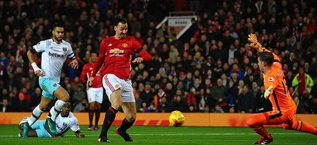 Man United 4-1 West Ham: Ibra lap cu dup, Schweinsteiger tro lai, cho Liverpool o Chung ket - Anh 1