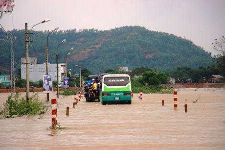 Binh Dinh: 7 nguoi thuong vong, hang tram chien si giup dan vuot lu - Anh 1