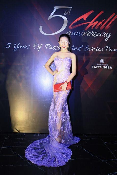 Hoa hau Huynh Thuy Anh dien dam goi cam, dep lan at dan my nhan tai su kien - Anh 1