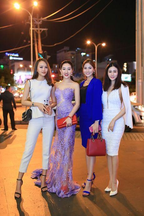Hoa hau Huynh Thuy Anh dien dam goi cam, dep lan at dan my nhan tai su kien - Anh 4