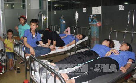 Binh Phuoc: Hon 120 cong nhan nhap vien do nghi bi ngo doc thuc pham - Anh 1