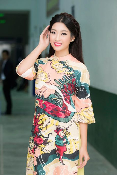 Hoa hau My Linh dep khong ty vet, lan dau ngoi ghe giam khao - Anh 1