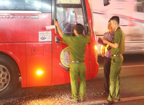 Binh Duong: Dieu tra vu xe khach bi dap vo cua kinh - Anh 1