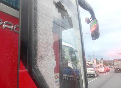 Binh Duong: Dieu tra vu xe khach bi dap vo cua kinh - Anh 2