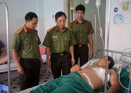 Thuong uy Cong an bi doi tuong truy na ban trong thuong - Anh 1