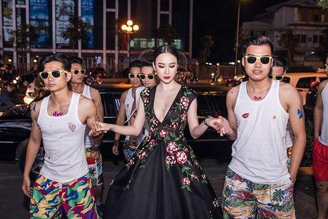 Angela Phuong Trinh 'dien sau' khi ra mat phim o Ha Noi - Anh 1
