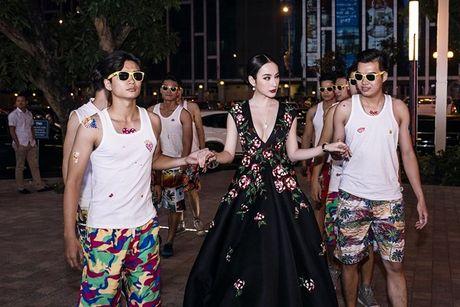 Angela Phuong Trinh 'dien sau' khi ra mat phim o Ha Noi - Anh 3