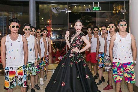 Angela Phuong Trinh 'dien sau' khi ra mat phim o Ha Noi - Anh 4