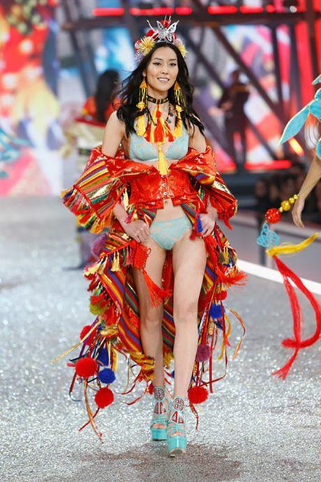 Bon chan dai goc Hoa toa sang tren san dien Victoria's Secret 2016 - Anh 2