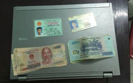 Canh sat tra lai laptop va 5 trieu dong danh roi cho sinh vien - Anh 1