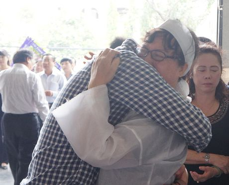 Con gai NSUT Quang Ly khoc nuc no ben linh cuu cha - Anh 4