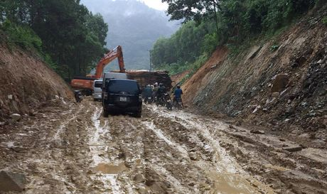 Quang Ngai: Hon 15.000m duong giao thong nong thon bi hu hong, sat lo - Anh 1