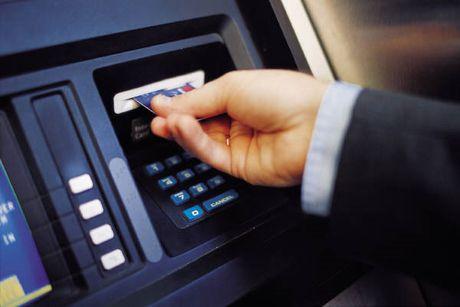 Phat tu 2 doi tuong Trung Quoc dung ATM rut tien tai 5 tai khoan trong mot dem - Anh 1