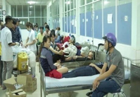 Binh Phuoc: Hon 120 cong nhan bi ngo doc thuc pham sau bua an toi - Anh 1