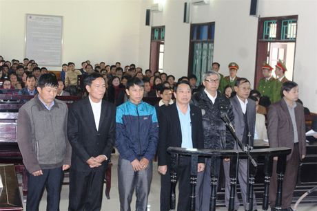 Nguyen Chu tich huyen Ky Anh bi phat 12 nam tu - Anh 1