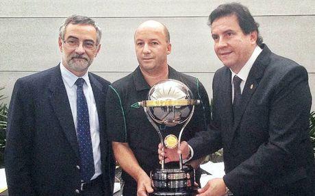 Nha vo dich nam 2015 trao cup cho Chapecoense - Anh 2