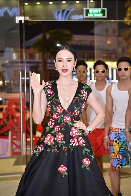 Angela Phuong Trinh dien vay ho bao bat chap gia lanh - Anh 1